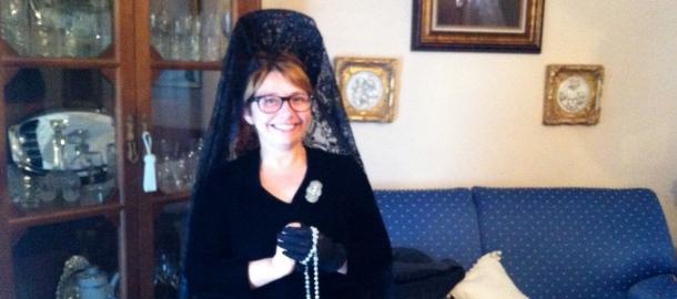 Bea Díaz, vestida de mantilla por Ana María Romero. Su madre, Leonor, llegó a arreglar algunos años a 40 mantillas de Setenil, de Los Negros y de Los Blancos. Foto: Pedro Andrades