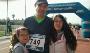 Raúl Limón, acompañado de sus hijas Raquel y Enma en la carrera Valor Ecológico de Almonte.