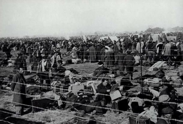 El Campo de concentración de Argelès-sur-Mer fue un campo de internamiento construido por el gobierno de Francia en una playa de la localidad de Argelès-sur-Mer, en la costa mediterránea del país, para albergar a parte de los 550.000 refugiados que traspasaron la frontera, huyendo de España de la Guerra Civil Española. Se calcula que unas 100.000 personas fueron recluidas en este recinto.