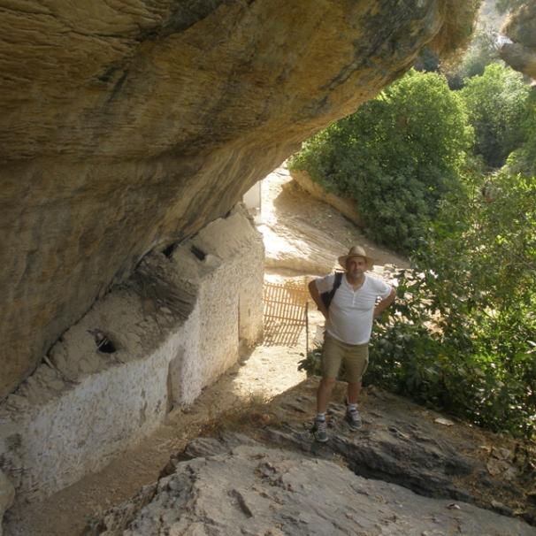 El autor, Julio Pardillo, posa en las Cuevas Román.