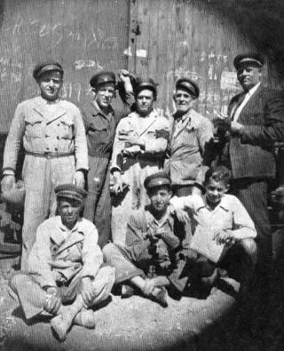 Fotografía hecha en la estación de Setenil el 27 Julio 1943 cuando se efectuaba la carga y descarga de un tren de mercancías. Guardafreno: José Badillo Blanco, abuelo de María A. Marín que nos ha cedido esta imagen.