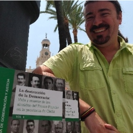 Moreno Tello posa con su libro en Cádiz.