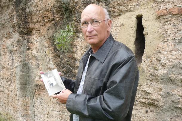 El prestigioso fotógrafo Javier Andrada posa con la postal de Setenil delante de la muralla de la Macarena, en Sevilla. Foto: PEDRO ANDRADES