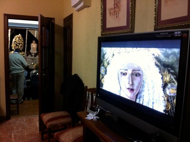 La Virgen de los Dolores, reflejada en la pantalla del vídeo comunitario el Jueves Santo mientras procesiona en la puerta de Rafael Corral. La Semana Santa de Setenil, con casi cinco siglos de historia, es un reclamo turístico desaprovechado. Foto: PEDRO ANDRADES