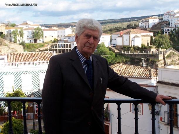 Cristóbal Andrades posa en el balcón del Ayuntamiento antes del homenaje recibido en Setenil en 2008. FOTO: ÁNGEL MEDINA LAÍN. Abajo, en sendas imágenes en Francia con el setenileño José Ramos González. Fotos cedida por MARÍA JOSÉ GARCÍA RAMOS, su nieta.