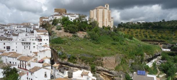 La recuperación de la Iglesia de la Villa y el Torreón debe servir de estímulo para definir una estrategia turística de la que carece Setenil. En la imagen, Los Cortinales, olvidado durante décadas. Foto: PEDRO ANDRADES