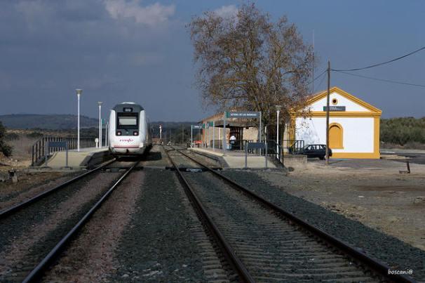 Por Setenil sólo pasa en los últimos tiempos el tren de Algeciras. Foto: JUAN BOSCO DOMÍNGUEZ.