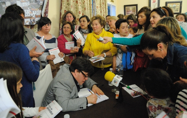 Pablo Pineda, rodeado de un público al que cautivó con su sabiduría y su sentido del humor. Foto: ÁNGEL MEDINA LAÍN.