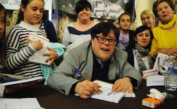 """Pablo Pineda firma su libro """"El reto de aprender"""", publicado por Editorial San Pablo. Está casi agotado. Foto: ÁNGEL MEDINA LAÍN."""