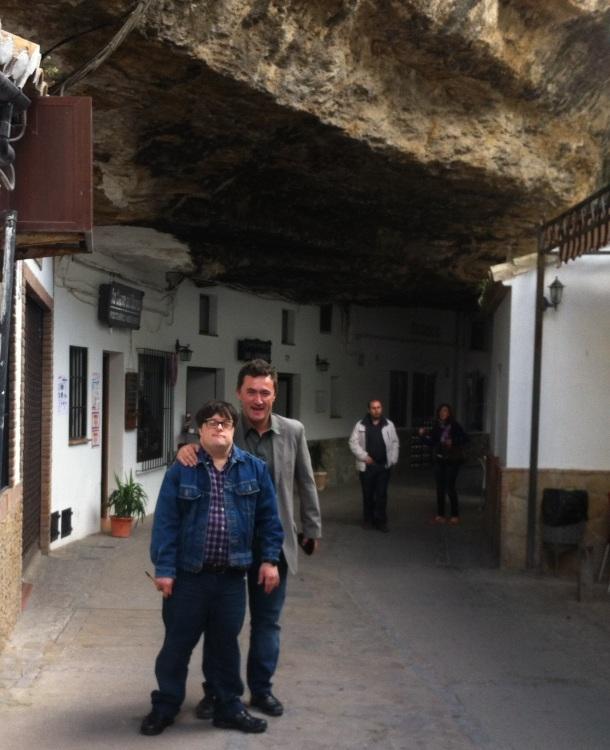 Pablo Pineda, en las Cuevas de la Sombra. No paró de saludar y dar besos en el paseo que dimos por el pueblo.