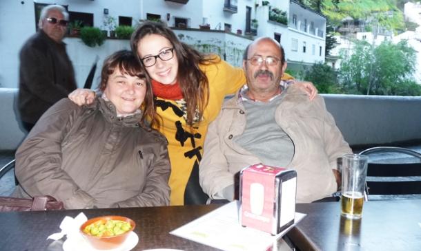 María Villalón, con su padres: Juan Villalón y Paqui Sánchez, en la terraza de La Tasca, de su primo Pepe Cubiles y Tere Hidalgo. Foto: IMAGINA SETENIL