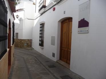 Edificio público en la calle Vilches con un vistoso cartel del Cisb.