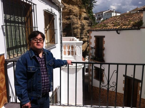 """Pablo Pineda, en la Calle Herrería. Se mostró sorprendido por un pueblo """"tan original"""". Foto: P.A."""