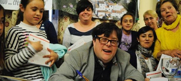 Pablo Pineda firma ejemplares de su libro en la Huerta Primera. Foto: ÁNGEL MEDINA.