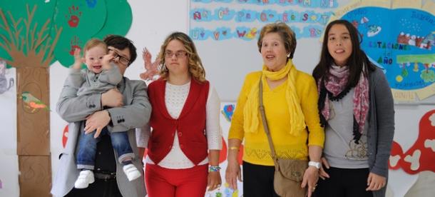 """Pablo Pineda, en la sede de """"Sonrisa Libre"""", con Unai, Belén, Anita y Bárbara."""