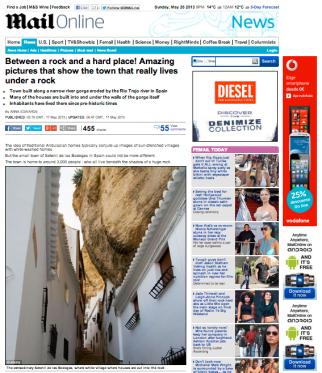 """Portada del DailyMail dedicada a Setenil. """"Entre la Roca y la pared: Imágenes encantadoras que muestra un pueblo que literalmente vive pueblo que vive bajo la roca""""."""