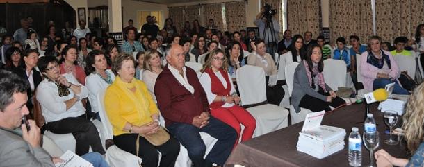 Más de un centenar de personas abarrotó el salón de la Huerta Primera, que acogió de manera generosa la celebración de este acto. Foto: ÁNGEL MEDINA LAÍN.