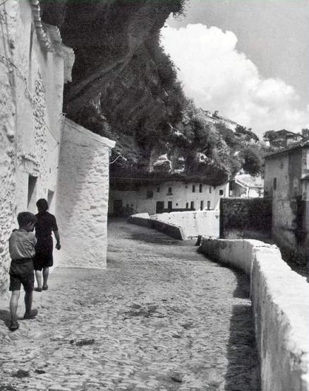 """""""Casas bajo las rocas en Setenil"""". Fotografía tomada por Nicolas Muller, posiblemente a finales de los cincuenta."""
