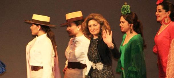 """Ana Mari Romero, tras el desfile en el Teatro Vicente Espinel de Ronda de su colección """"Arco iris"""" de moda flamenca. Foto: MARI LUQUE"""