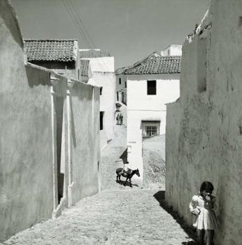 """""""Infancia en Setenil. 1967"""". Pese a su datación, la calle de esta fotografía corresponde a Vejer. Foto: NICOLAS MULLER."""