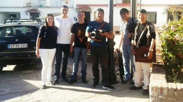 Rosi Lobato, José M. Fernández Piedra y el equipo de TBS de Japón, durante la grabación en El Carmen.