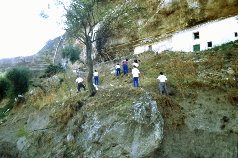 Trabajos de limpieza de la Escuela Taller en la calle Calcetas