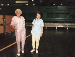 Isabel Anaya, en Correos con una compañera en junio de 1988.