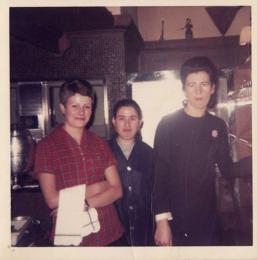 Serafina, con una compañeras en el restaurante. Junio de 1969