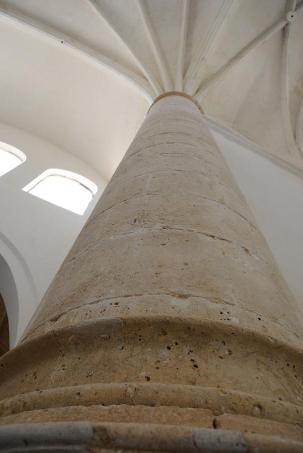 Impresionante fotografía de la columna que queda a la izquierda conforme se entra en la Iglesia. ÁNGEL MEDINA LAÍN.