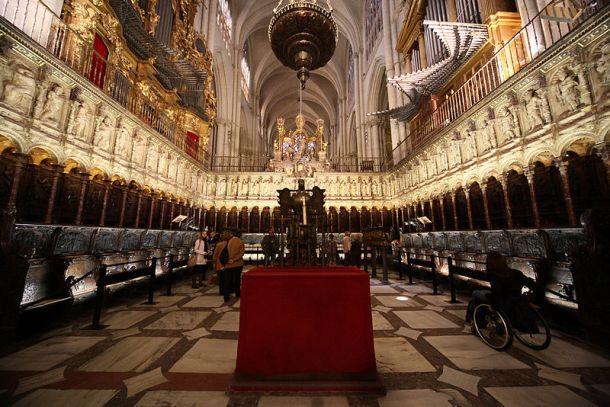 Visión general de la soberbia Sillería de la Catedral de Toledo, en la que se sentaban el Arzobispo y otras dignidades para el canto litúrgico. El coro bajo lo labró el maestro Rodrigo Alemán entre 1489-1495, y la alta es obra de Alonso Berruguete y Felipe Bigrny (1538-1543).