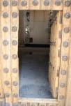 La puerta se construyó con las vigas que se retiraron de la cubierta en las obras de los años '60, con la que también se hizo la puerta d ela Iglsia de San Benito. Esa madera tiene cualidades de difícil y costosa sustitución, según el arquitecto. Foto: ÁNGEL MEDINA LAÍN.