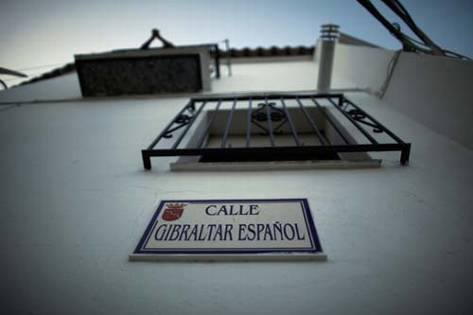 """""""Gibraltar español"""", una calle de Setenil cuyo nombre data de finales de los años 60 o primeros setenta. Es heredera del cierre de la Verja (1969) y de la intensa conexión comercial de la Serranía de Ronda con el Campo de Gibraltar. Es muy habitual ver a los turistas haciéndose fotos ante este rótulo en la subida al Cerrillo. Foto: JOSÉ MANUEL FERNÁNDEZ PIEDRA"""