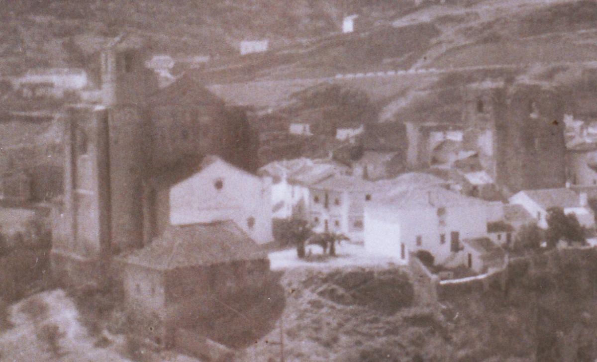 Así era la iglesia de la Villa a finales de los años 50, es un detalle de una foto realizada por JUAN MARÍN ORTEGA.