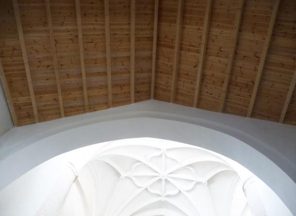 Arco diafragma entre el templo mudéjar y la nave renacentista. La cubierta de madera se ha cambiado. ÁNGEL MEDINA LAÍN.