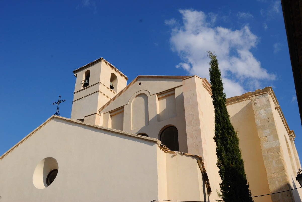 La Iglesia de la Encarnación, conocida como la de la Villa, tras su reciente restauración. Es un caso típico de templo gótico enchufado a la antigua iglesia mudéjar. Foto: IMAGINA SETENIL
