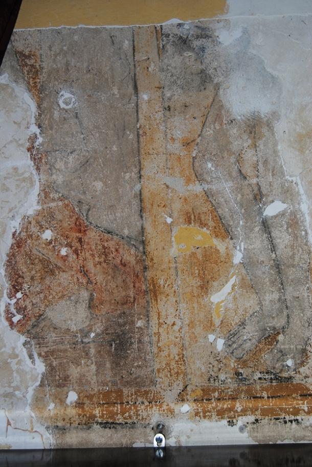 Junto a la puerta del campanario han aparecido unos valiosos frescos mudéjares, qen el que se aprecian un Cristo (color gris) y, enfrente, el Arcángel San Gabriel con la figura del demonio encadenado. Estas pinturas están datadas entre 1515 y 1525. Toda la iglesia mudéjar tenía una decoración similar. Foto: ÁNGEL MEDINA LAÍN
