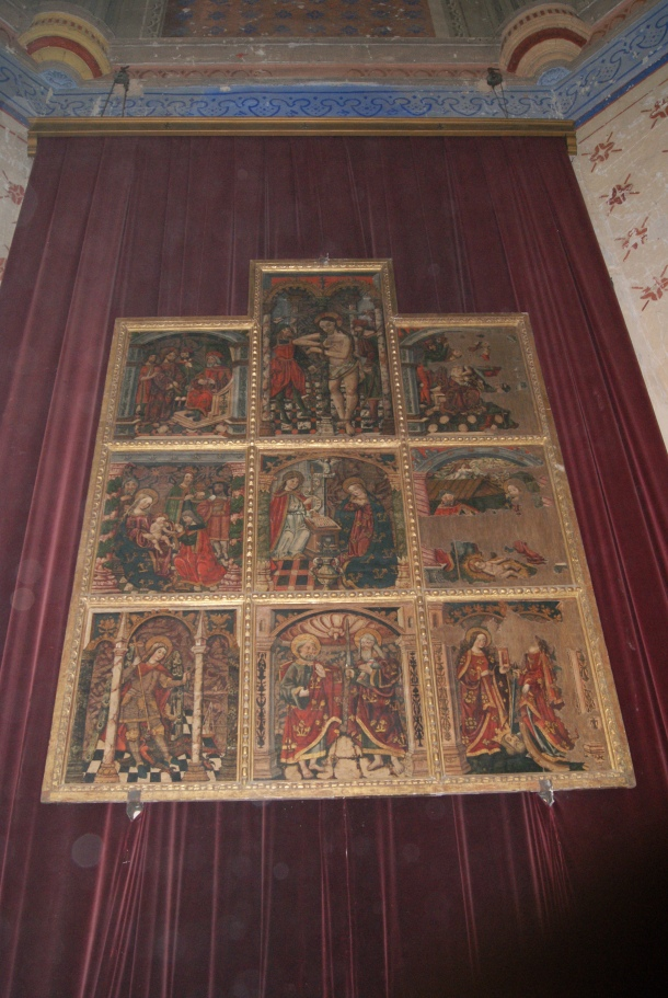 El retablo, colgado en el altar de la Iglesia de la Encarnación antes de su restauración. Foto: ÁNGEL MEDINA