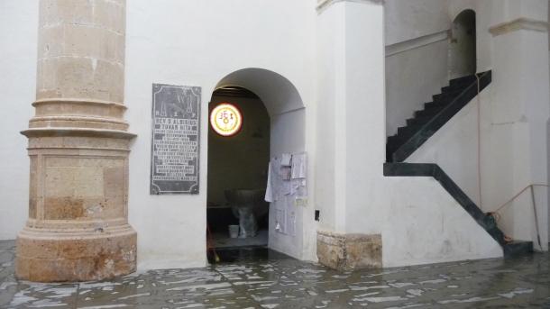 Imagen del baptisterio, con la pila bautismal en su interior, y de la nueva escalera que llevaba al desaparecido coro. Allí se ha colocado un servicio. Foto: P.A.