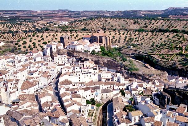 Primeros años de la década de los 90. El Torreón, que fue utilizado incluso como prisión local y luego como refugio para los juegos de los niños y para la cría de calices, presentaba un estado ruinoso. Foto: MARIO GARCÍA VARGAS.