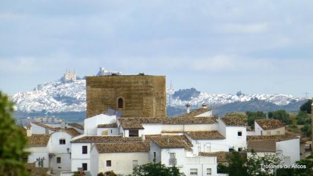 """Setenil, tierra fronteriza del Reino de Granada, estaba considerada una plaza inexpugnable. Sufrió al menos (acreditados) dos asedios cristianos: en 1407 y el definitivo de 1484, que dejaron maltrecha la Torre militar de la Villa, debido a los bombardeos desde San Sebastián. En 1482, la correría del Marqués de Cádiz destruyendo los montes de Setenil es considerado por algunos otro intento de sitio. El 21 de septiembre se produjo la rendición definitiva. Esta foto está sacada del recomendable blog """"Los Trotones de Arcos"""". http://bit.ly/15fpNdk"""