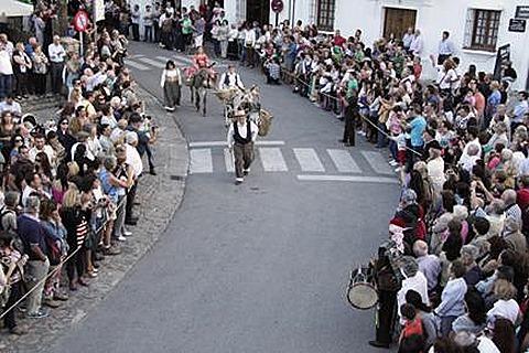 """Las calles de Grazalema, llenas de vecinos y turistas atraídos por la Recreación. Foto: PAQUI VIRUEZ (Radio Grazalema), publicada en el recomendable blog """"Mediodía"""" http://mediodia.org/ de José María Gavira"""
