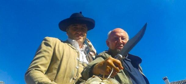 """Álvaro de Luna, el popular """"Algarrobo"""", posa con la cuadrilla de bandoleros de Setenil. ¡Que tenga cuidado con el que tiene a su lado...! Foto: PEPE GARCÍA"""