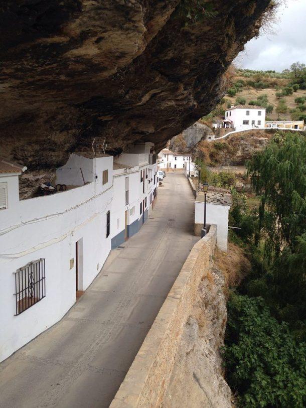 """Las casas de Las Cabrerizas """"soportan"""" el peso de la imponente roca. Espectacular foto publicada en """"Ven a Setenil"""" por FRANCISCO RUIZ."""