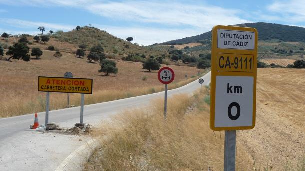 Corte en el cruce de la carretera CA-9111. Muchos coches se vuelven al llegar a este punto por la deficiente información previa para acceder a Setenil. Foto: P. ANDRADES