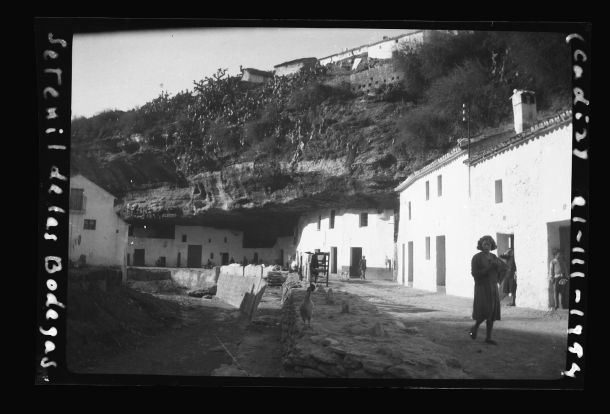 """Las Cuevas del Sol, en una imagen tomada el 1 de marzo de 1954 por Julián Alonso Rodríguez, fotógrafo y profesor manchego con plaza en Cádiz, ciudad en la que falleció en 1983. El original de esta foto, titulada """"Setenil de las Bodegas"""", pertenece a una colección de 210 imágenes del mismo autor restauradas por el Centro de Estudios de Castilla La Mancha, que digitalizó un negativo de 6×9 cm. Foto: JULIÁN ALONSO RODRÍGUEZ. Más información en este enlace https://goo.gl/yDWA75"""