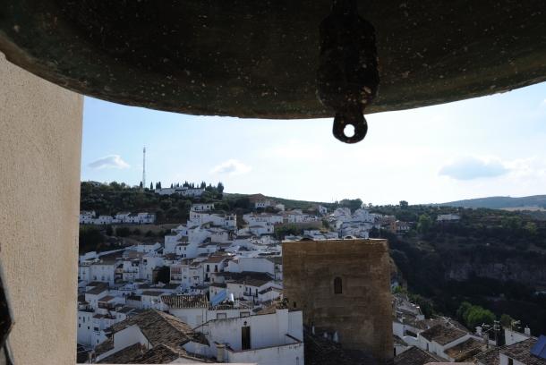 Vista de San Sebastián y de la Torre del Homenaje desde el campanario de la Iglesia. Nos podemos hacer una idea de cuál era la perspectiva defensiva de Setenil durante el asedio cristiano. Foto: ÁNGEL MEDINA LAÍN.