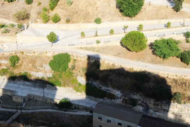 La Iglesia de la Villa proyecta su sombra sobre Las Jabonerías y el parque. Esta foto es de septiembre de 2013. Foto: ÁNGEL MEDINA LAÍN.