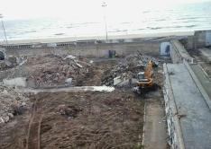 """Estado actual del cementerio de San José de Cádiz, con la playa Victoria al fondo. Ya han derribado las cuarteladas, pero todavía se pueden exhumar, sin ningún coste, los restos de las personas identificadas en la fosa común, que está compartimentada en """"pisos subterráneos"""" totalmente localizados. Foto cedida por el historiador gaditano SANTIAGO MORENO TELLO, que nos ha dado del aviso de este artículo sobre la fosa de Cádiz. http://bit.ly/ZtR42b"""