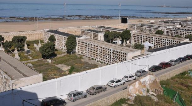 Vista del cementerio San José de Cádiz, cerrado en 1992 y en proceso de derribo. Abajo, los certificados de enterramiento en la fosa común de cinco vecinos de Setenil.
