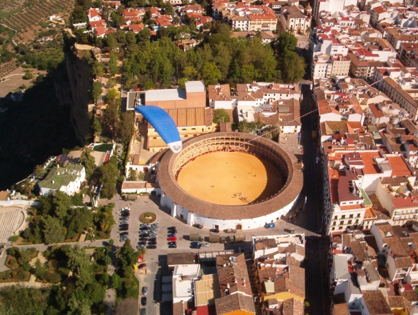 Vuelo de José Durán sobre la Plaza de Toros de Ronda, fotografiado desde un ala delta.